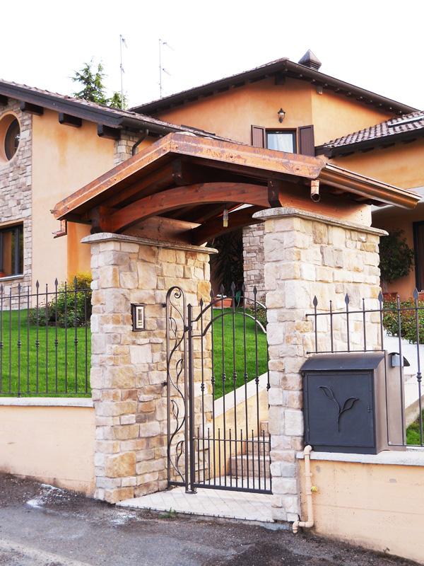 Copri cancello coperture per cancelli su misura for Immagini di tettoie in legno